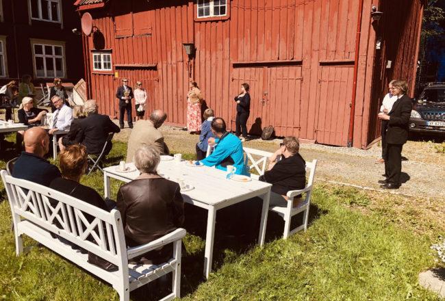 Marita Strømsem og Jan Schrøders avskjed i kirkehagen